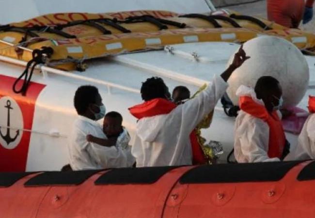 إيطاليا تنقذ 450 مهاجرًا وصلوا سواحلها