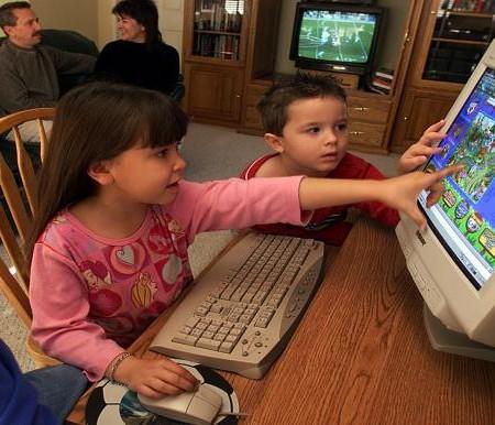 الأطفال في زمن الوباء .. كيف أسهم كورونا في الإدمان على الألعاب الألكترونية والبدانة؟