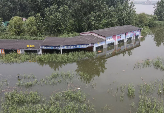الصين تفجّر سداً لوقف ارتفاع منسوب المياه