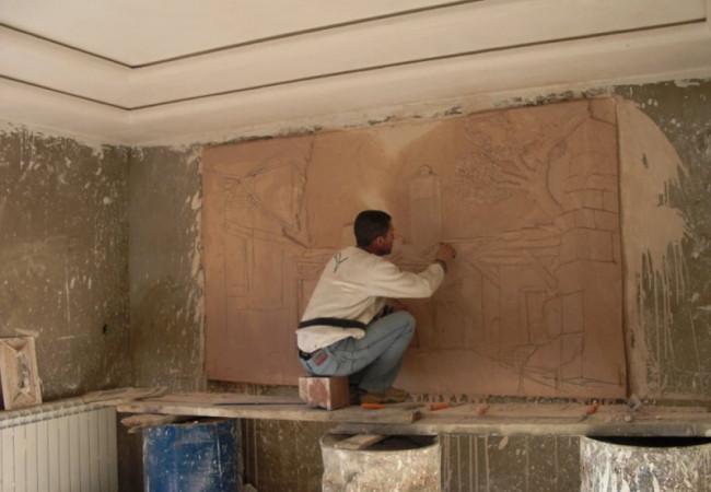 جزائري يصنع من جدران البيوت لوحات فنية