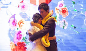 عروسان يتبادلان الثعابين بدلاً من خاتم الزفاف
