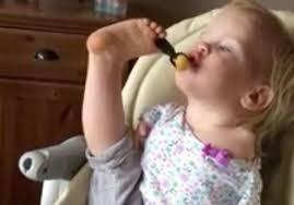 طفلة ولدت بدون يدين تتناول الطعام بقدميها