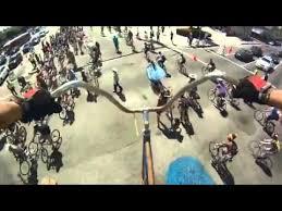 يتجول بدراجة هوائية ارتفاعها 7 أمتار