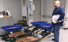 أمريكي يدفع ضرائب سيارته بـ 300 ألف عملة معدنية