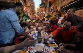 مائدة إفطار طولها 50 مترا في مصر