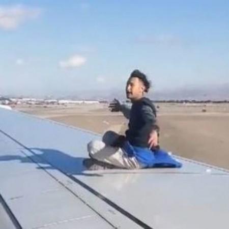 اعتقال رجل ارتقى جناح طائرة
