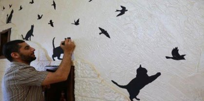 فنان غزي يعيد إحياء الجدران المهدمة برسوماته
