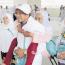 حاج إندونيسي يحمل والدته على ظهره طوال أيام الحج