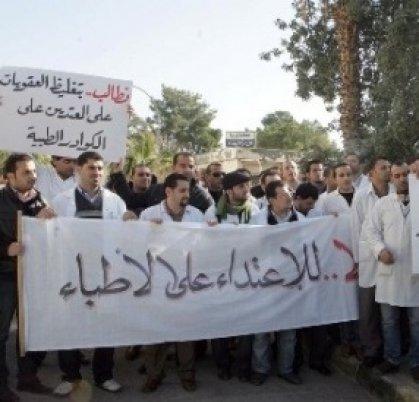 نائب يحذر من حملة لإفراغ البلد من الطاقات العلمية ويدعو لتفعيل قانون حماية الأطباء