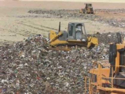 محافظة بغداد تنفذ حملة لرفع النفايات وتسوية الطرق في جسر ديالى