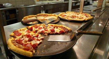إيطالي يدفع نفقة طليقته بالـبيتزا