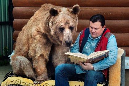 أسرة روسية تعيش مع دب وزنه 136 كيلوغراماً