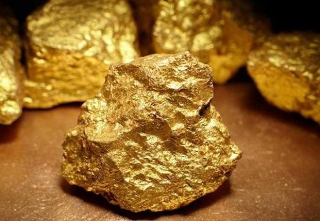 يعثر على كنز من الذهب في الصحراء