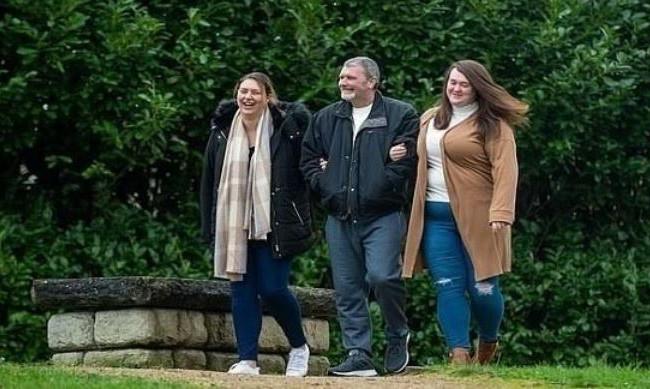 تعثران على والدهما بعد 24 عاماً بفضل فيس بوك