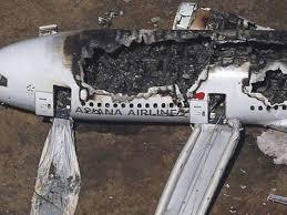 اخماد الحريق في موقع تحطم الطائرة الاندونيسية