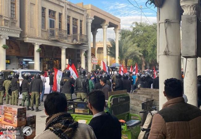تواصل الاحتجاجات امام البنك المركزي للمطالبة بإقالة المحافظ