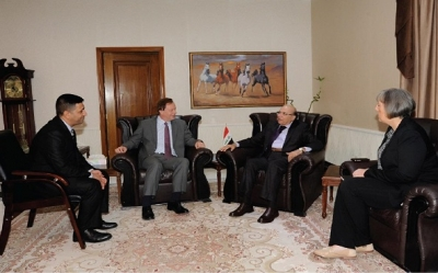 المحمود يبحث مع السفير البريطاني تنفيذ ملفات الاسترداد
