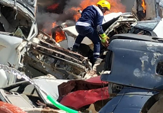 حريق في مقبرة العجلات القديمة.. الدفاع المدني يتدخل