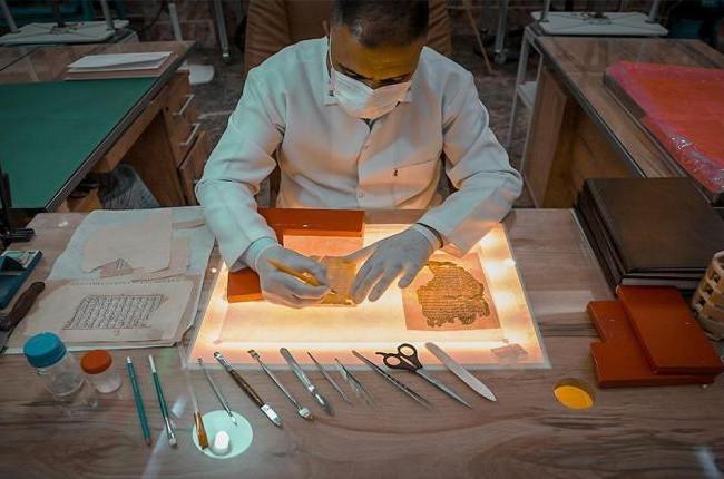 مركز لمعالجة المخطوطات النادرة في مرقد الامام الحسين (ع) يكشف عن انجازات علمية فريدة